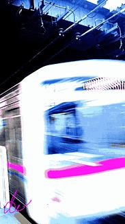 〈ホーム通過する電車〉