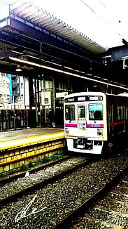 〈ホーム入線の電車〉