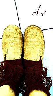 『レースの靴下と革靴』