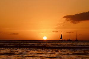 ハワイ☆ワイキキビーチのサンセットとヨット