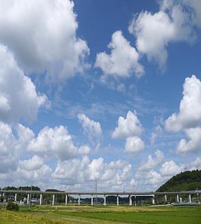 空と田園と高速道路と
