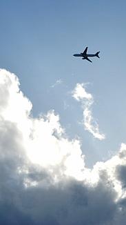 雨上がりの空と飛行機