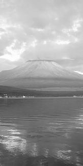 朝の富士山 モノクロ