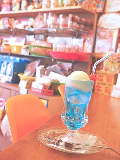喫茶店のクリームソーダ