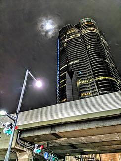 夜の都会のビル
