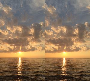 堤防から眺める雨上がりの海と夕日