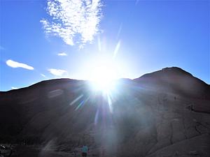 光り輝く山
